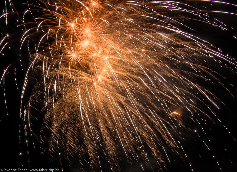 Das entspricht jetzt schon eher dem gewohnten Bild eines Feuerwerks.